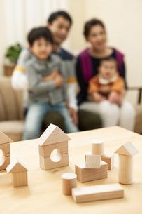 積み木と家族の写真素材 [FYI04638667]
