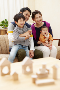 積み木と家族の写真素材 [FYI04638668]