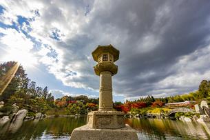 三景園 大海中央に立つ灯篭の写真素材 [FYI04638789]