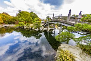 三景園 美しく手入れされた日本庭園の写真素材 [FYI04638807]