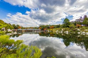 鏡面に映る紅葉風景が美しい三景園の写真素材 [FYI04638809]