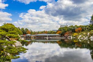 鏡面に映る紅葉風景が美しい三景園の写真素材 [FYI04638810]