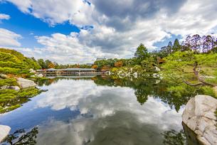 鏡面に映る紅葉風景が美しい三景園の写真素材 [FYI04638812]
