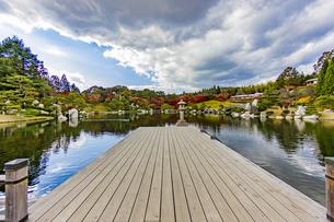 鏡面に映る紅葉風景が美しい三景園の写真素材 [FYI04638821]