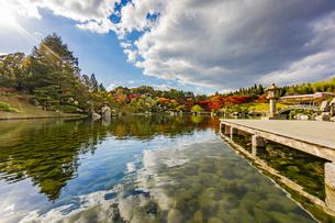 鏡面に映る紅葉風景が美しい三景園の写真素材 [FYI04638824]