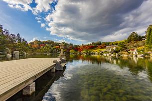 鏡面に映る紅葉風景が美しい三景園の写真素材 [FYI04638825]