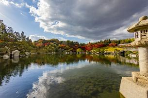 鏡面に映る紅葉風景が美しい三景園の写真素材 [FYI04638827]
