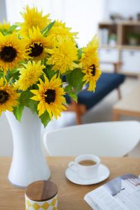 花瓶に入ったヒマワリの写真素材 [FYI04639040]
