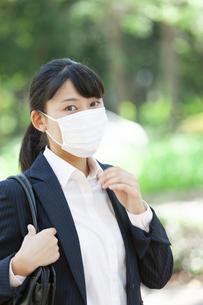 マスクをするビジネスウーマンの写真素材 [FYI04639160]