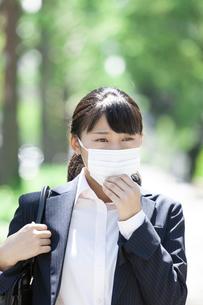 マスクをするビジネスウーマンの写真素材 [FYI04639168]
