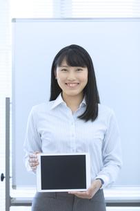 タブレットPCを持つビジネスウーマンの写真素材 [FYI04639339]