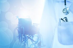 白衣と車椅子の写真素材 [FYI04639420]