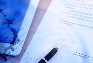 契約書とタブレットの写真素材 [FYI04639429]
