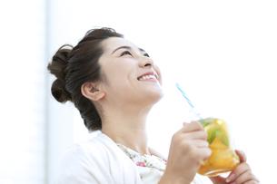 ドリンクを飲む女性の写真素材 [FYI04639449]