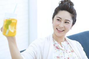 ドリンクを飲む女性の写真素材 [FYI04639452]