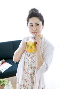 ドリンクを飲む女性の写真素材 [FYI04639456]