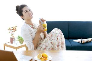 ドリンクを飲む女性の写真素材 [FYI04639458]