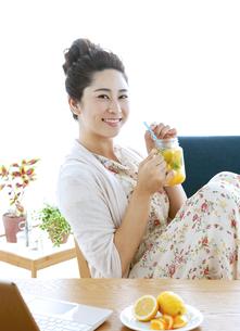 ドリンクを飲む女性の写真素材 [FYI04639459]