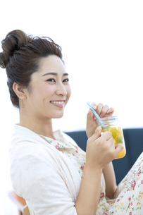 ドリンクを飲む女性の写真素材 [FYI04639460]