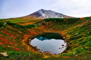 旭岳とすり鉢池の写真素材 [FYI04639489]