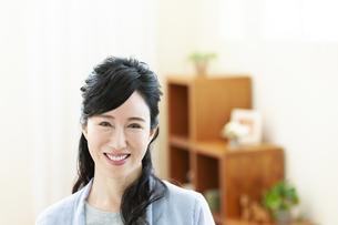 笑顔のミドル女性の写真素材 [FYI04639510]