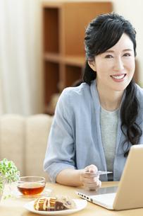 パソコンを操作するミドル女性の写真素材 [FYI04639529]