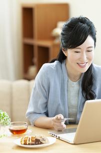 パソコンを操作するミドル女性の写真素材 [FYI04639531]