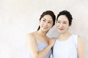 笑顔の母と娘の写真素材 [FYI04639547]