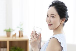 水を飲むミドル女性の写真素材 [FYI04639617]