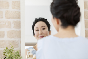 鏡を見るミドル女性の写真素材 [FYI04639646]