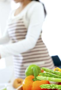 キッチンに置かれた野菜の写真素材 [FYI04639686]