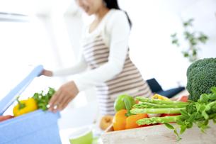 食材を取り出す女性の写真素材 [FYI04639687]