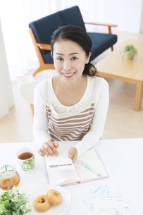 家計簿をつけるミドル女性の写真素材 [FYI04639698]