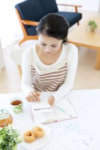 家計簿をつけるミドル女性の写真素材 [FYI04639699]