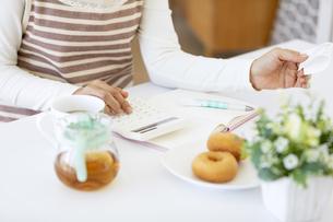 家計簿をつける女性の手元の写真素材 [FYI04639703]