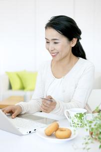 ネットショッピングしているミドル女性の写真素材 [FYI04639706]