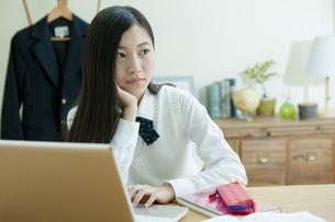 パソコンをする女子学生の写真素材 [FYI04639740]