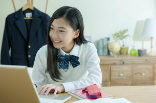 パソコンをする女子学生の写真素材 [FYI04639742]