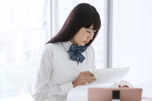 勉強する女子学生の写真素材 [FYI04639782]