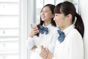スマートフォンを持つ女子学生の写真素材 [FYI04639861]