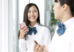 スマートフォンを持つ女子学生の写真素材 [FYI04639865]