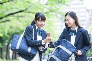 スマートフォンを見せる女子学生の写真素材 [FYI04639946]