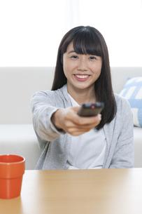 リモコンを持つ女の子の写真素材 [FYI04639963]