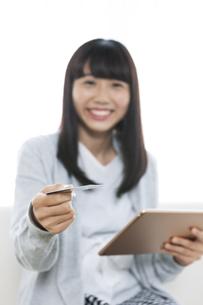 ネットショッピングをする女の子の写真素材 [FYI04639975]