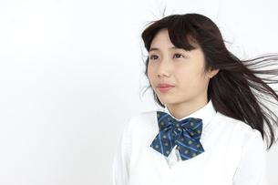 髪をなびかせる女子学生の写真素材 [FYI04640068]