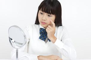 鏡を見る女子学生の写真素材 [FYI04640077]