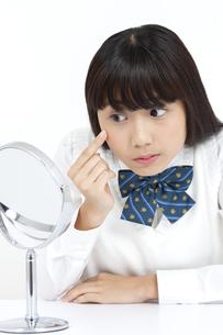 鏡を見る女子学生の写真素材 [FYI04640079]
