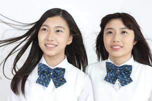 髪をなびかせる女子学生2人の写真素材 [FYI04640080]