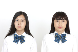 真剣な表情の女子学生2人の写真素材 [FYI04640082]