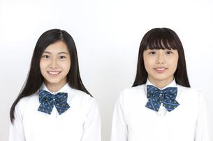 笑顔の女子学生2人の写真素材 [FYI04640083]